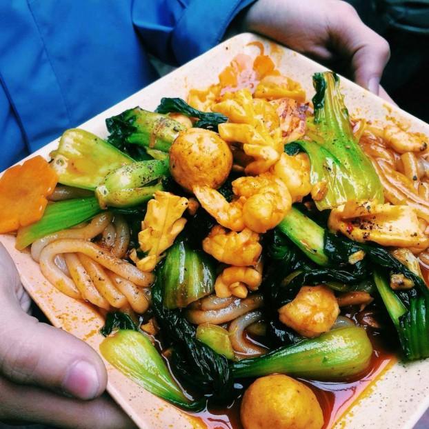 Mai Lại Ghé - Số 98 Ngõ Núi Trúc, Ba Đình. Giá 1 đĩa bánh canh xào hải sản khoảng 45.000đ/đĩa.