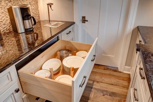 Nếu để mọi đĩa to nhỏ chồng lên nhau trong ngăn kéo, bạn rất khó lấy đúng cái mình cần. Chỉ cần vài thanh gỗ chia ngăn kéo thành các khoang lớn nhỏ cho các cỡ, mọi rắc rối của bạn bay sạch.