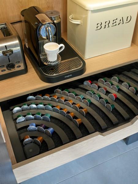 Chiếc ngăn kéo đựng riêng những loại cà phê thuộc các thể loại khác nhau. Bạn có thể áp dụng cho các loại hộp, lọ, đựng gia vị...