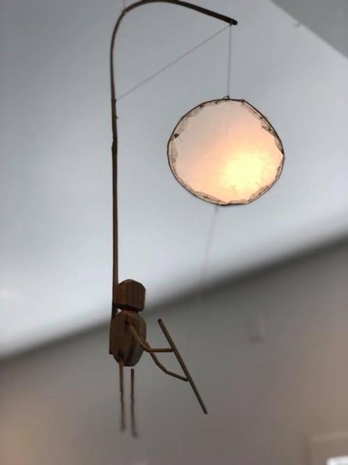 Khước từ lời đề nghị mua đèn từ người bạn của Bằng Lăng nhưng cô chủ quán quyết định tặng một chiếc làm kỷ niệm sau khi nhận ra cựu siêu mẫu. Bà mẹ nổi tiếng tâm sự, đây là món quà ý nghĩa với cô. Bằng Lăng trân trọng treo chiếc đèn ở vị trí dễ thấy để những ai ghé ngôi nhà thăm đều có thể chiêm ngưỡng sự đặc biệt của nó.