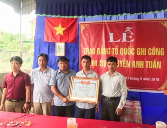 Người thân nhận bằng Tổ quốc ghi công của Thủ tướng Chính phủ trao cho liệt sỹ Nguyễn Anh Tuấn.