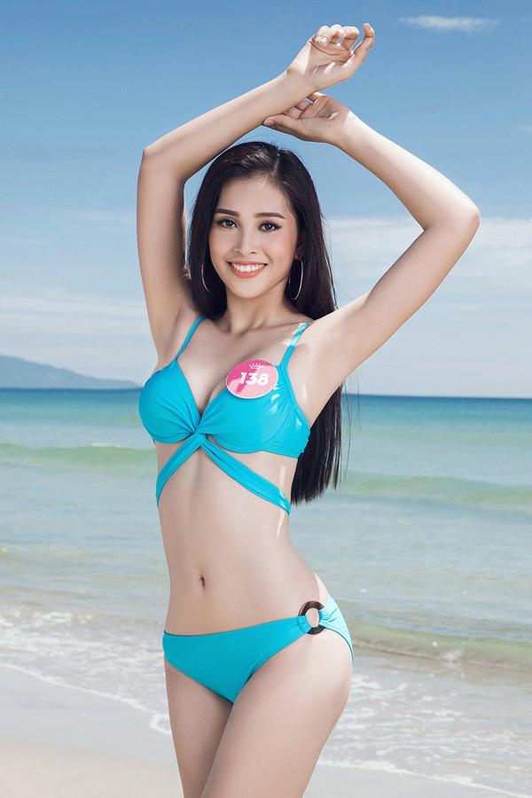 Trần Tiểu Vy có số báo danh 138, cao 1,74 m, các số đo 84-63-90. Trần Tiểu Vy - một cô gái 10x khác đến từ Quảng Nam và cũng là gương mặt sáng giá nhận được nhiều sự chú ý tại HHVN năm nay. Được biết, cô lọt top 3 người đẹp biển.