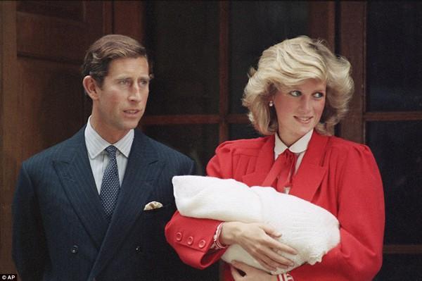 Công nương Diana và Thái tử Charles bế hoàng tử Harry mới sinh xuất hiện trước công chúng vào chiều ngày 15/9.