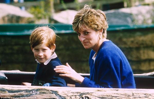 Hoàng tử Harry hạnh phúc bên công nương Diana.