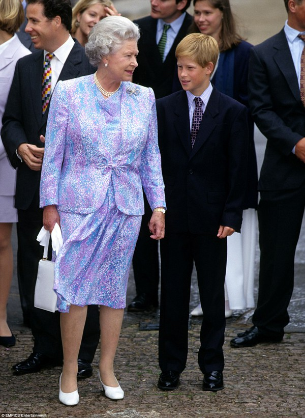 Harry được nữ hoàng Anh rất yêu mến.