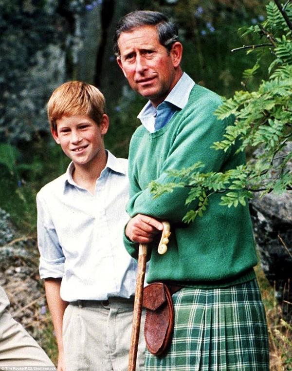 Harry cười vui vẻ bên cha là Thái tử Charles.