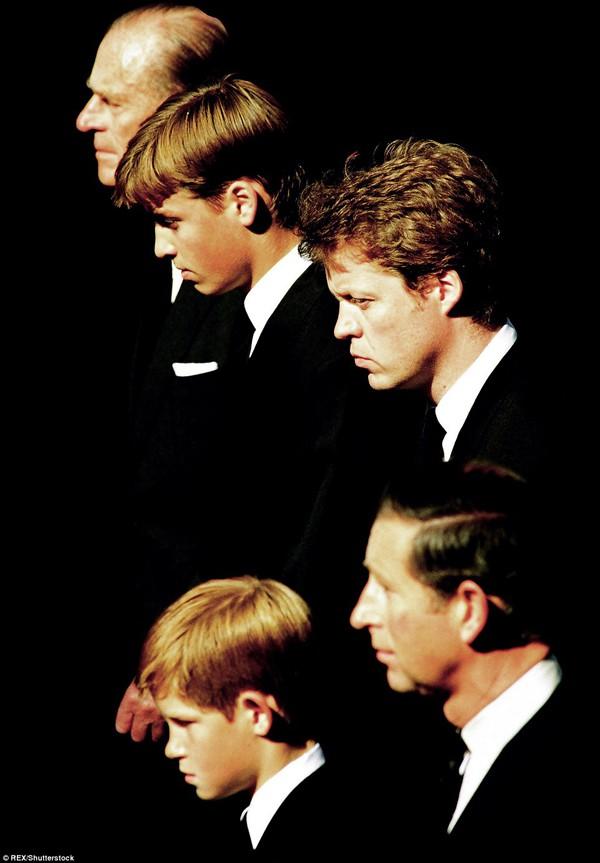 Cho đến một ngày khi công nương Diana qua đời do tai nạn giao thông, hoàng tử Harry đã bị sốc nặng.