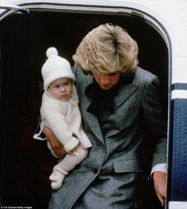 Công nương Diana và hoàng tử Harry trong một chuyến công du. Lúc này hoàng tử chưa được 1 tuổi.