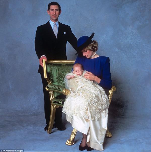 Hoàng tử Harry và cha mẹ trong lễ rửa tội tại nhà nguyện Thánh George tại lâu đài Windsor.