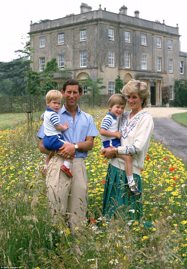 Harry cùng cha mẹ và anh trai trong một chuyến đi dã ngoại vào năm 1986.