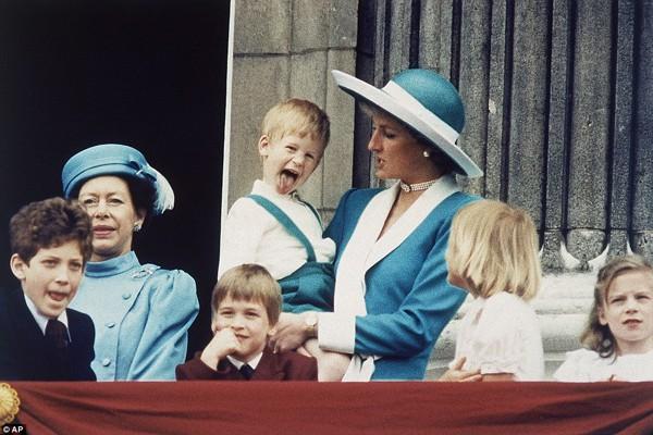 Hoàng tử Harry lí lắc trước máy ảnh của phóng viên. Lúc ấy, hoàng tử đã được 4 tuổi.