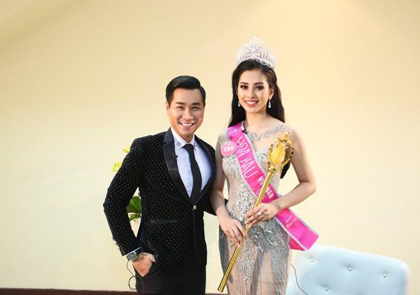MC Nguyên Khang chụp hình bên tân Hoa hậu Việt Nam 2018 Trần Tiểu Vy.