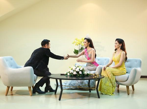 MC Nguyên Khang gặp Tân Hoa hậu Việt Nam 2018 ngay sau khi cuộc thi kết thúc.