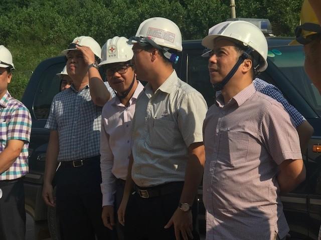 Ông Ngô Sơn Hải - Phó Tổng Giám đốc Tập đoàn Điện lực Việt Nam kiểm tra tại hiện trường