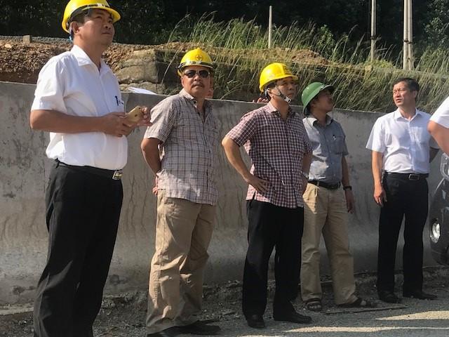 Ông Hồ Mạnh Tuấn - Phó Tổng Giám đốc Tổng công ty Điện lực miền Bắc kiểm tra các vị trí cột có nguy cơ sạt lở