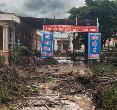 Nhiều cành cây, gỗ mục theo lũ tràn vào trường học.