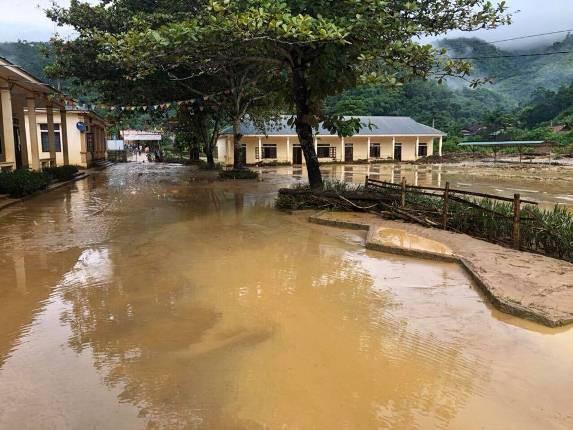 Lũ quét tràn vào Trường THCS Yên Tĩnh