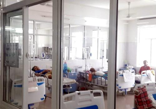 Bệnh nhân Vạn đang được điều trị tại Khoa hồi sức tích cực - chống độc (Bệnh viện Đà Nẵng). Ảnh: N.T.