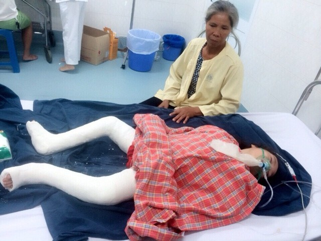 Bé Lê Thị Thanh Trúc và bà nội 2 năm trước ở Bệnh viện Nhi Trung ương.