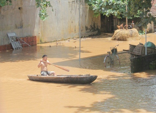 Người dân vùng rốn lũ Thạch Định, huyện Thạch Thành trong dòng nước lũ