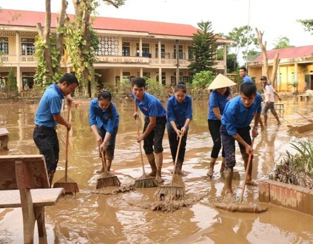 Đoàn thanh niên xã Cẩm Sơn, huyện Cẩm Thủy hỗ trợ dọn dẹp trường học trước ngày khai giảng