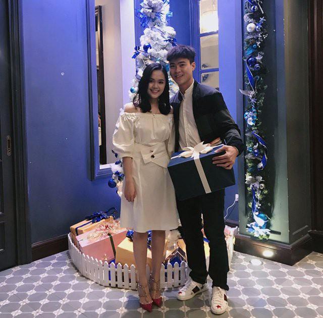 Cặp đôi bên nhau trong dịp Giáng sinh.