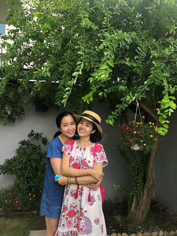 Mai Phương bên Ốc Thanh Vân trong vườn nhà.