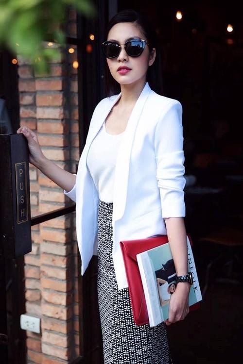 Từ trước tới giờ, ngọc nữ của làng điện ảnh Việt vẫn luôn gắn bó với phong cách thời trang kín đáo, thanh lịch.