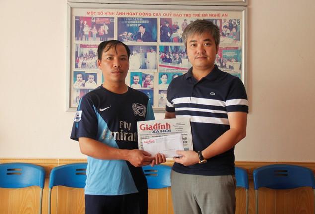 Ông Trần Tuấn Linh - Tổng biên tập Báo Gia đình và Xã hội trao số tiền 7 triệu đồng từ bạn đọc ủng hộ đến gia đình bé Bảo Long.