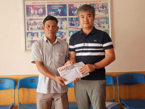 Số tiền 23 triệu đồng từ bạn đọc ủng hộ được báo Gia đình và Xã hội chuyển tận tay gia đình anh Lê Quang Nga.