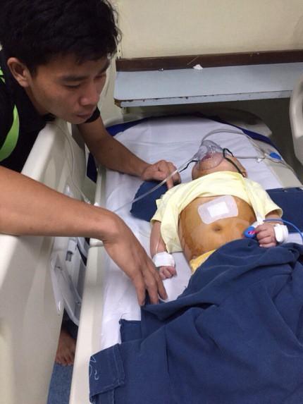 Hơn 5 triệu đồng từ bạn đọc ủng hộ được chuyển đến gia đình anh Nguyễn Thành Trung.