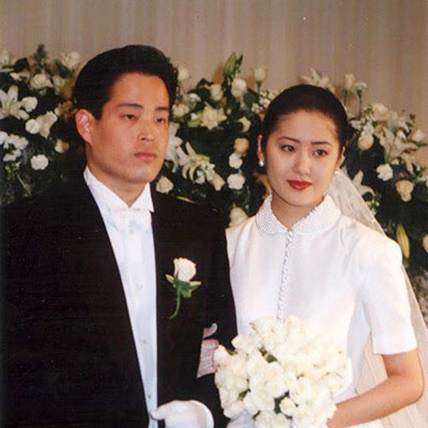 Bản thân lúc bấy giờ đang giữ vị trí phó chủ tịch tập đoàn Shinsegae - hệ thống trung tâm thương mại cao cấp nhất Hàn Quốc. Tổng tài sản cá nhân của anh lên đến 1,3 tỷ USD. Nguồn: TW
