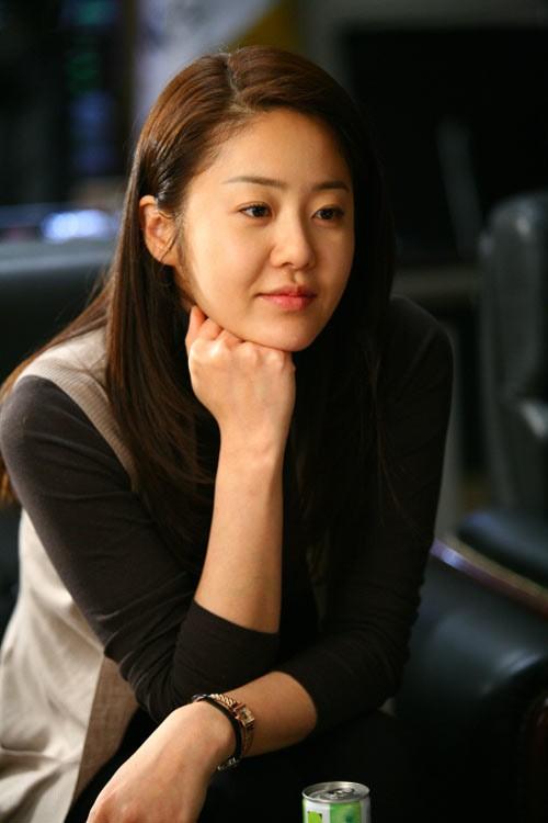 15 năm sau cuộc hôn nhân đau khổ cùng người chồng giàu có, Go Hyun Jung vẫn một mình đi về trong khi chồng cô đã tái hôn. Đáng thương hơn, cô vẫn là cái gai trong mắt gia đình chồng cũ và là một người xa lạ trong mắt hai đứa con của mình.