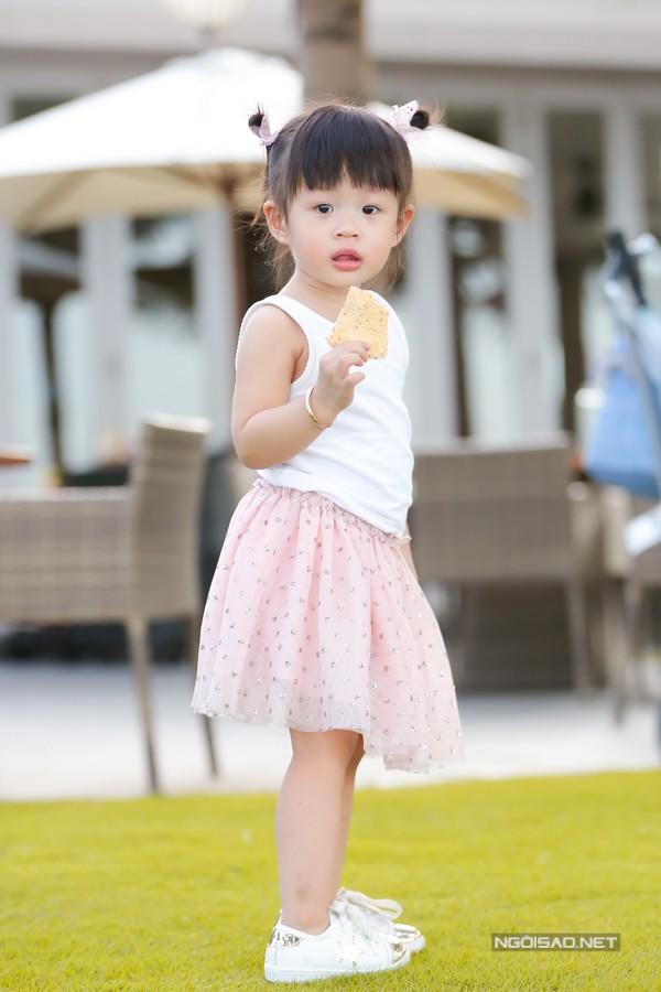 Julia dạn dĩ khi chụp hình. Cô bé cũng thường xuyên góp mặt trong các video trên YouTube cùng mẹ.