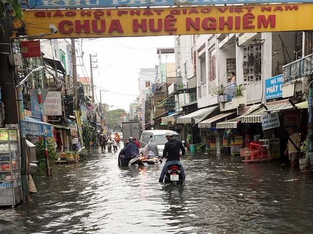 Đường Đỗ Năng tế bị ngập sâu sau khi đường Kinh Dương Vương được nâng. (ảnh: TL)