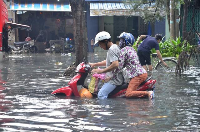Cảnh ngập lụt của người dân sống tại các đường xương cá cắt ngang đường Kinh Dương Vương phải gánh chịu mỗi khi có mưa lớn. (ảnh: TL)