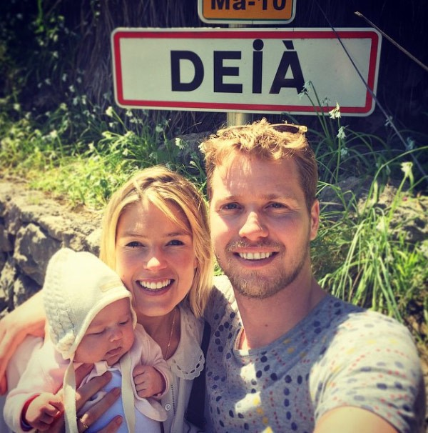 Isabella cùng chồng và con gái.