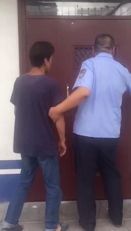 Gã đàn ông trung niên cô đơn quá hóa liều, đi trộm váy để khỏa lấp chỗ trống.