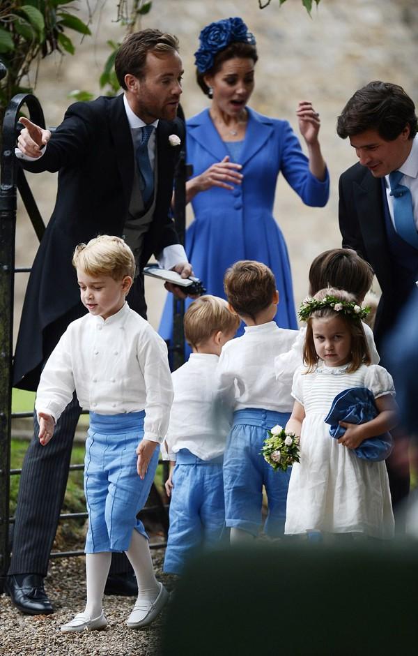 Cậu bé phấn khích bao nhiêu thì công chúa Charlotte lại khó chịu bấy nhiêu.