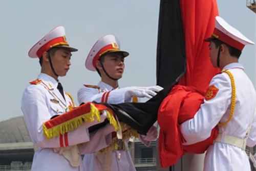 Nghi lễ treo cờ rủ trong lễ quốc tang - Ảnh: QPTD