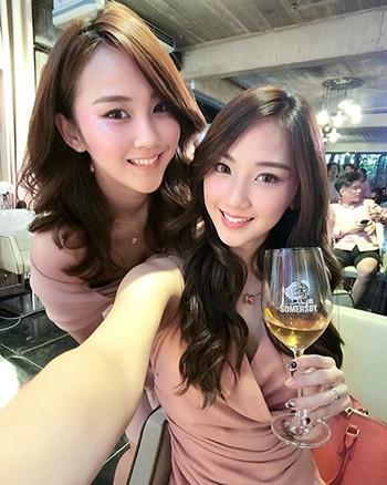 Cặp người mẫu song sinh Qi Hui Lan và Qi Min Lan. Ảnh: Facebook