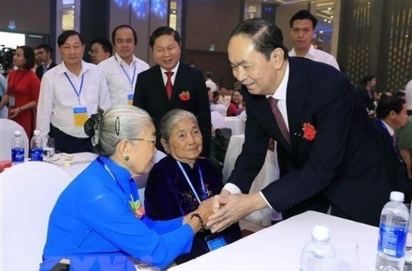 Chủ tịch nước thăm hỏi các cụ già khi sinh thời