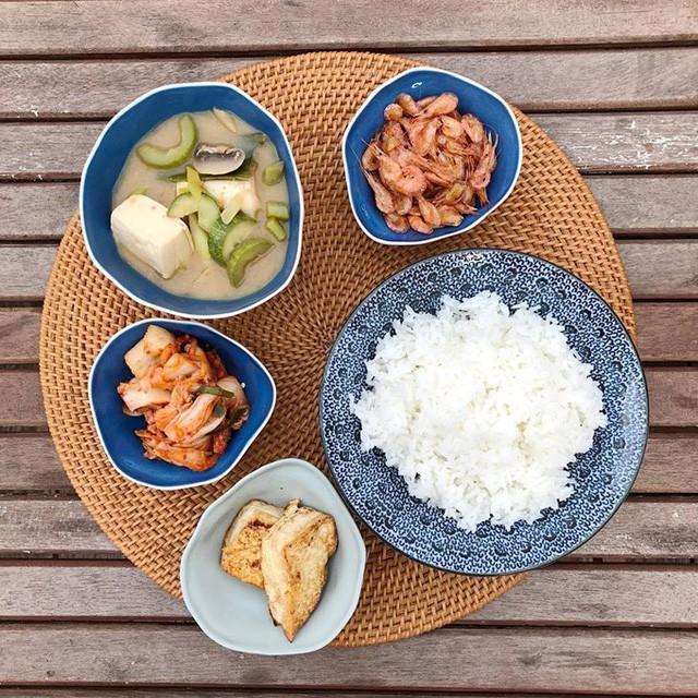 Hình ảnh về bữa cơm gia đình cô sau một ngày làm việc bận rộn: Chiều làm biếng đi chợ, nhà có gì nấu đó khiến nhiều thích thú.