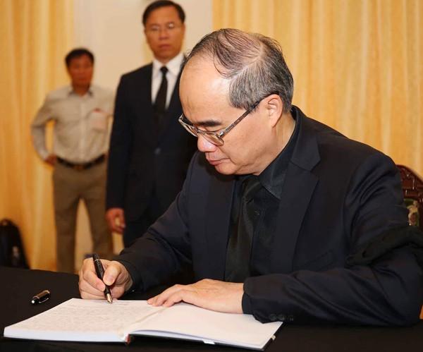Bí thư Thành ủy TP HCM Nguyễn Thiện Nhân ghi sổ tang.