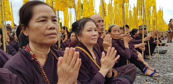 Nhiều Phật tử ngồi quanh khu mộ. Ảnh: VnExpress