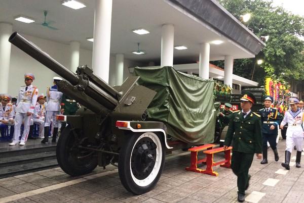 Xe kéo pháo chở linh cữu Chủ tịch nước. Ảnh: VnExpress