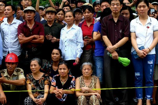 Người dân Hà Nội đau buồn trước sự ra đi đột ngột của Chủ tịch nước Trần Đại Quang. Ảnh: VnExpress