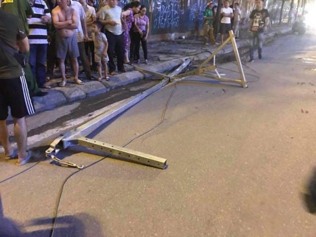 Khung sắt từ trên trời rơi xuống đường khiến 1 người tử vong.