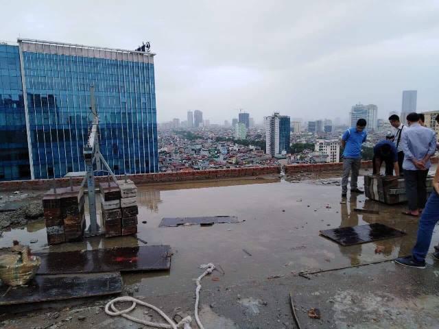 Một bên cần trục bên trái của Gondola tuột ra khỏi bộ phận đối trọng rơi từ tầng 16 xuống mặt đường Lê Văn Lương. Ảnh: Nhật Tân