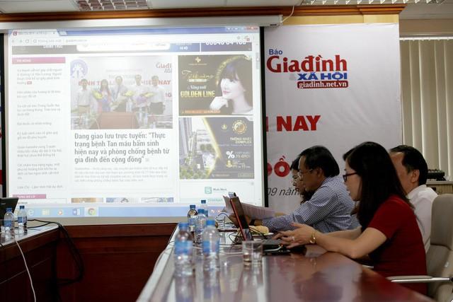 Các chuyên gia trực tiếp trả lời câu hỏi của bạn đọc tham gia chương trình giao lưu trực tuyến trên Báo điện tử Gia đình & Xã hội (Giadinh.net.vn) về thực trạng và các biện pháp phòng chống bệnh Thalassemia. Ảnh: Chí Cường